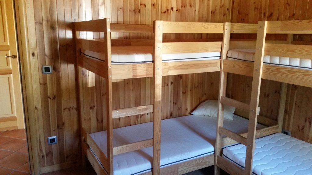 Dormitorio norte de la casa con cuatro plazas en literas