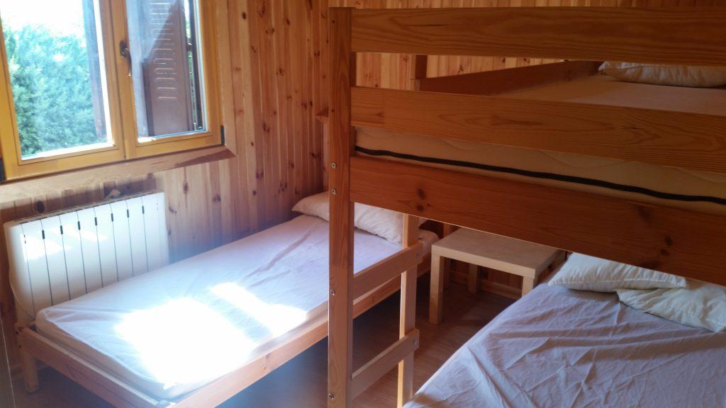 Dormitorio sur de la casa: tres plazas en una litera y una cama